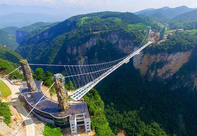 Cầu kính Trương Gia Giới là cây cầu kính dài nhất thế giới, được xây dựng nối giữa hai ngọn núi với nhau.