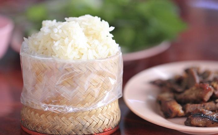 Ở Pakxe, các món nướng thường ăn kèm xôi trắng (Ảnh: ST)