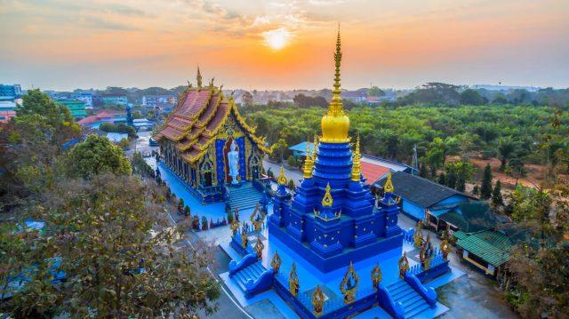 Trong đền có tượng Phật được tạc bằng đá cẩm thạch trắng và trên mái vòm
