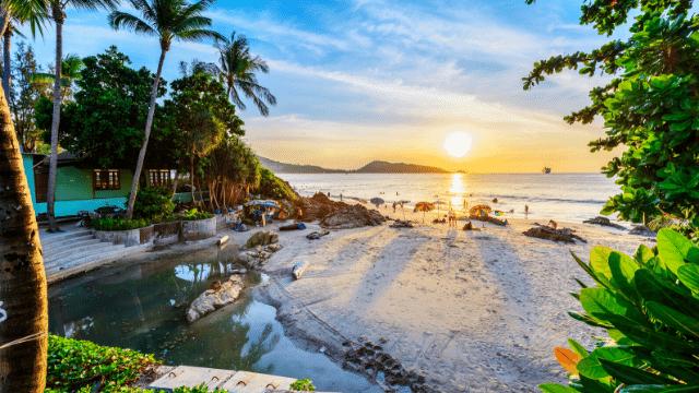 Phuket là hòn đảo lớn nhất ở Thái Lan, một nơi vui chơi tuyệt vời cho vợ chồng và các nhóm bạn thân.