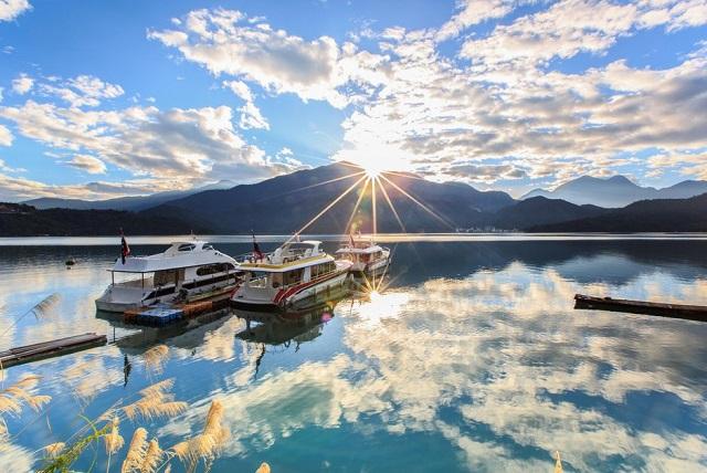 Đi thuyền dạo quanh hồ Nhật Nguyệt