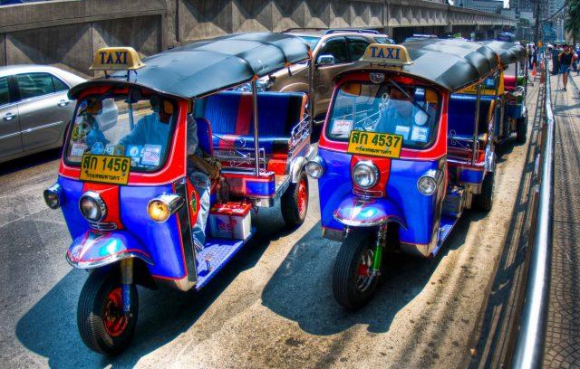 Tại Viêng Chăn bạn sẽ có cơ hội trải nghiệm du lịch bằng xe tuk tuk.